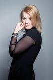 Junge blonde Frau mit Perlenschmucksachen Lizenzfreie Stockfotografie
