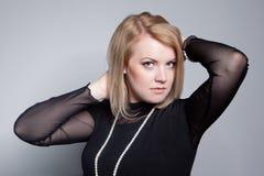 Junge blonde Frau mit Perlenschmucksachen Lizenzfreie Stockbilder