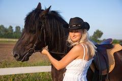 Junge blonde Frau mit Pferd Stockfotografie