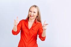 Junge blonde Frau, mit positiven Gefühlen zeigt auf einen Grauwal Lizenzfreie Stockfotografie