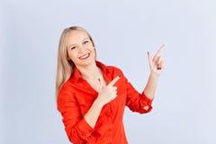 Junge blonde Frau, mit positiven Gefühlen zeigt auf einen Grauwal Lizenzfreies Stockbild