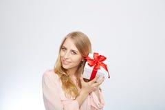 Junge blonde Frau mit Präsentkarton Lizenzfreie Stockbilder