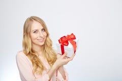 Junge blonde Frau mit Präsentkarton Lizenzfreie Stockfotos