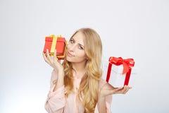 Junge blonde Frau mit Präsentkarton Stockbilder