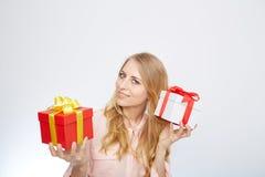 Junge blonde Frau mit Präsentkarton Lizenzfreie Stockfotografie