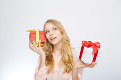 Junge blonde Frau mit Präsentkarton Lizenzfreies Stockbild