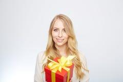 Junge blonde Frau mit Präsentkarton Lizenzfreies Stockfoto