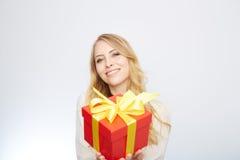 Junge blonde Frau mit Präsentkarton Stockfoto