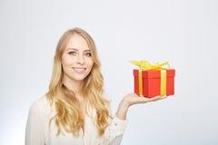 Junge blonde Frau mit Präsentkarton Stockfotos