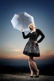 Junge blonde Frau mit Regenschirm Lizenzfreie Stockfotografie