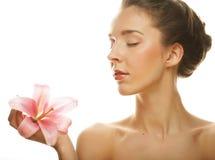 Junge blonde Frau mit rosa Orchidee Lizenzfreie Stockfotos