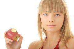 Junge blonde Frau mit rotem Apfel Stockfoto