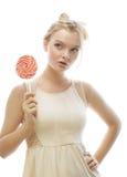 Junge blonde Frau mit Süßigkeit Stockbilder