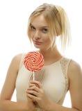 Junge blonde Frau mit Süßigkeit Stockfotos