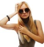 Junge blonde Frau mit Sonnenbrille Stockbilder