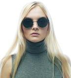 Junge blonde Frau mit Sonnenbrille Lizenzfreie Stockfotos