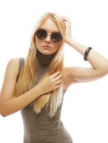 Junge blonde Frau mit Sonnenbrille Stockbild