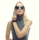Junge blonde Frau mit Sonnenbrille Lizenzfreie Stockbilder