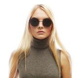 Junge blonde Frau mit Sonnenbrille Lizenzfreie Stockfotografie