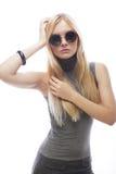 Junge blonde Frau mit Sonnenbrille Stockfotografie