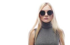 Junge blonde Frau mit Sonnenbrille Stockfotos