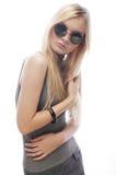 Junge blonde Frau mit Sonnenbrille Lizenzfreies Stockfoto