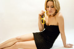 Junge blonde Frau mit Sonnenbrillen Lizenzfreies Stockfoto