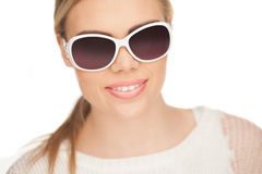 Junge blonde Frau mit sunglases, Stockbild