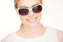 Junge blonde Frau mit sunglases, Stockfotografie