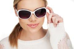 Junge blonde Frau mit sunglases, Lizenzfreies Stockbild