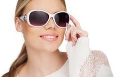 Junge blonde Frau mit sunglases, Lizenzfreie Stockfotografie