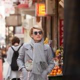 Junge blonde Frau mit sunglases auf der Straße Lizenzfreies Stockfoto