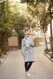 Junge blonde Frau mit sunglases auf der Straße Lizenzfreies Stockbild