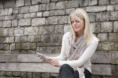 Junge blonde Frau mit Tablette Stockfotografie