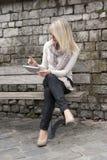 Junge blonde Frau mit Tablette Lizenzfreie Stockfotos