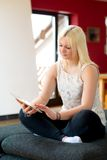 Junge blonde Frau mit Tabletten-PC Lizenzfreie Stockfotos