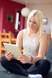 Junge blonde Frau mit Tabletten-PC Stockbilder