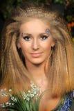 Junge blonde Frau mit Tal Stockbilder