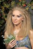 Junge blonde Frau mit Tal Lizenzfreies Stockfoto