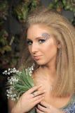 Junge blonde Frau mit Tal Stockfoto