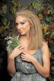 Junge blonde Frau mit Tal Lizenzfreies Stockbild