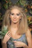 Junge blonde Frau mit Tal Stockfotos