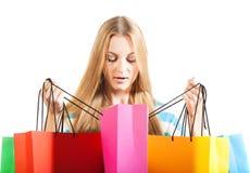 Junge blonde Frau nach dem Einkauf Stockbilder