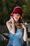 Junge blonde Frau Red Hats im Tür-Porträt heraus Stockfotos