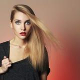 Junge blonde Frau Schönes blondes Mädchen Lizenzfreie Stockbilder