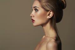 Junge blonde Frau Schönes blondes Mädchen Blanke Karosserie Make-up Stockfotografie