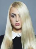 Junge blonde Frau Schönes blondes Mädchen mit dem gesunden langen Haar Lizenzfreie Stockfotografie