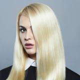 Junge blonde Frau Schönes blondes Mädchen mit dem gesunden langen Haar Lizenzfreie Stockfotos