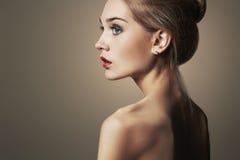 Junge blonde Frau Schönes blondes Mädchen Nahaufnahmemodeporträt Stockfoto