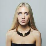 Junge blonde Frau Schönes Mädchen Blondine in der Halskette Stockbild